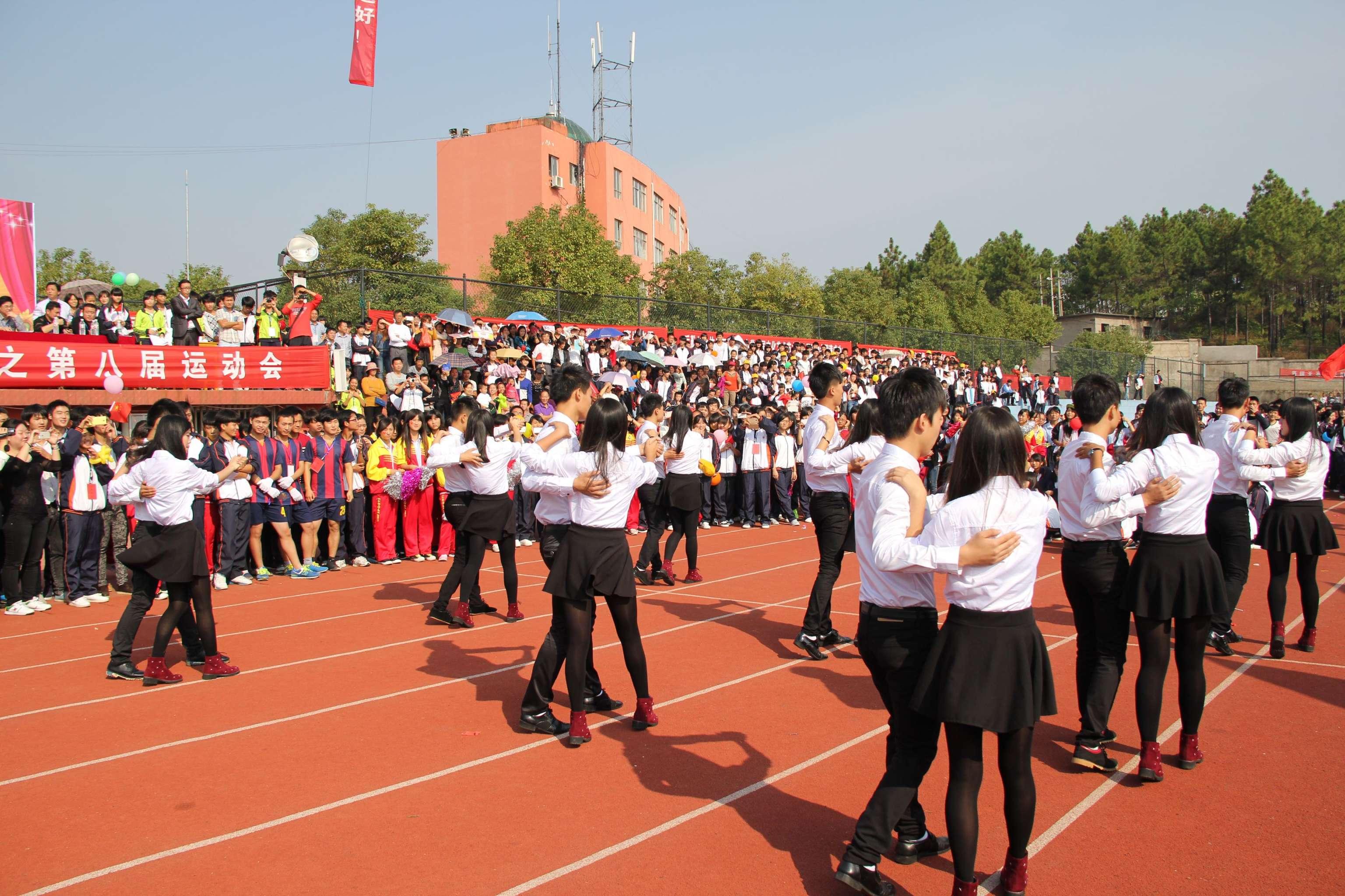 10月27日我校首届文化艺术节暨第8届校运会在校田径运动场隆重举行